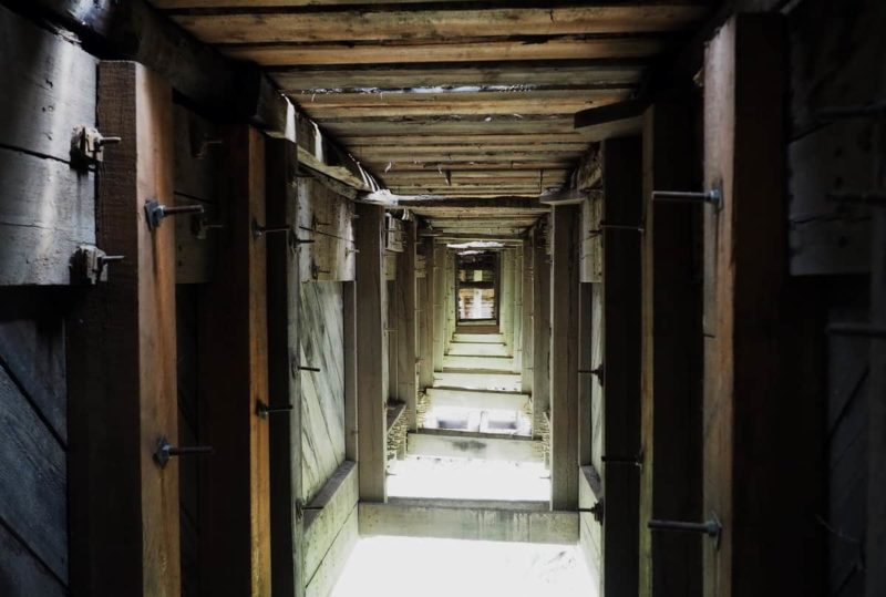 внутри деревянного моста